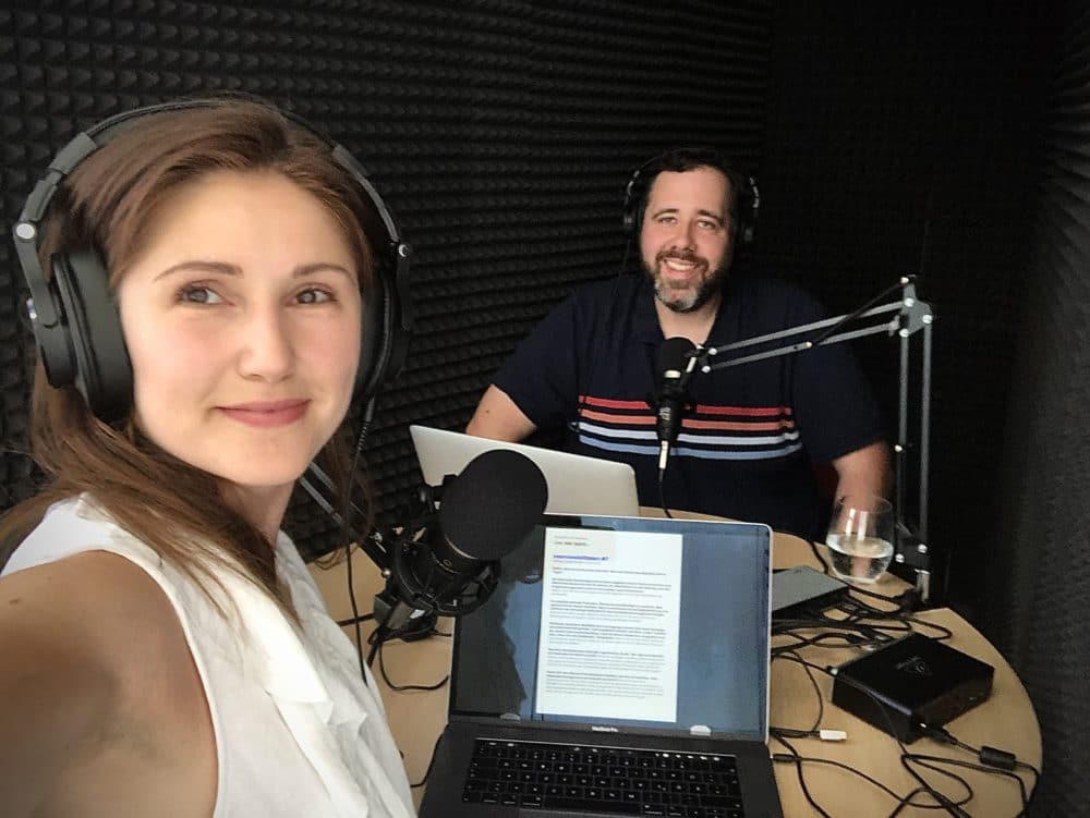 Die Moderatoren des just add digital Podcasts - Julia und Marco